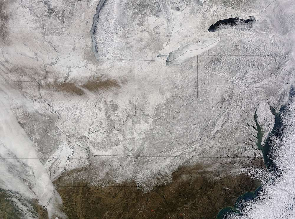Suite à une nouvelle vague de froid, une grande partie de l'Amérique du Nord, allant du centre et du nord-est des États-Unis jusqu'au Québec, était sous la neige le 19 février 2015 comme en témoigne cette image prise par le satellite américain Terra. Téléchargez l'image en haute résolution sur le site de la Nasa. © Nasa, Goddard Modis Rapid Response Team