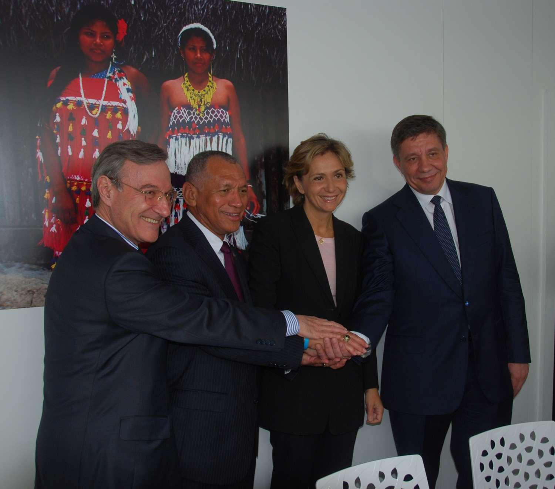 Signature d'un accord de coopération entre le Cnes, représenté par son président Yannick d'Escatha et le général Charles Bolden, administrateur de la Nasa en présence de Valérie Pécresse, ministre de l'Enseignement supérieur et de la recherche. © Rémy Decourt