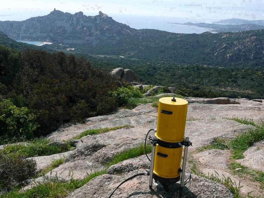 Un gravimètre absolu Micro-g A10. Cet appareil, basé sur le principe de la chute libre dans le vide d'un objet, permet de mesurer la valeur réelle de l'accélération de la pesanteur en n'importe quel point. © DR