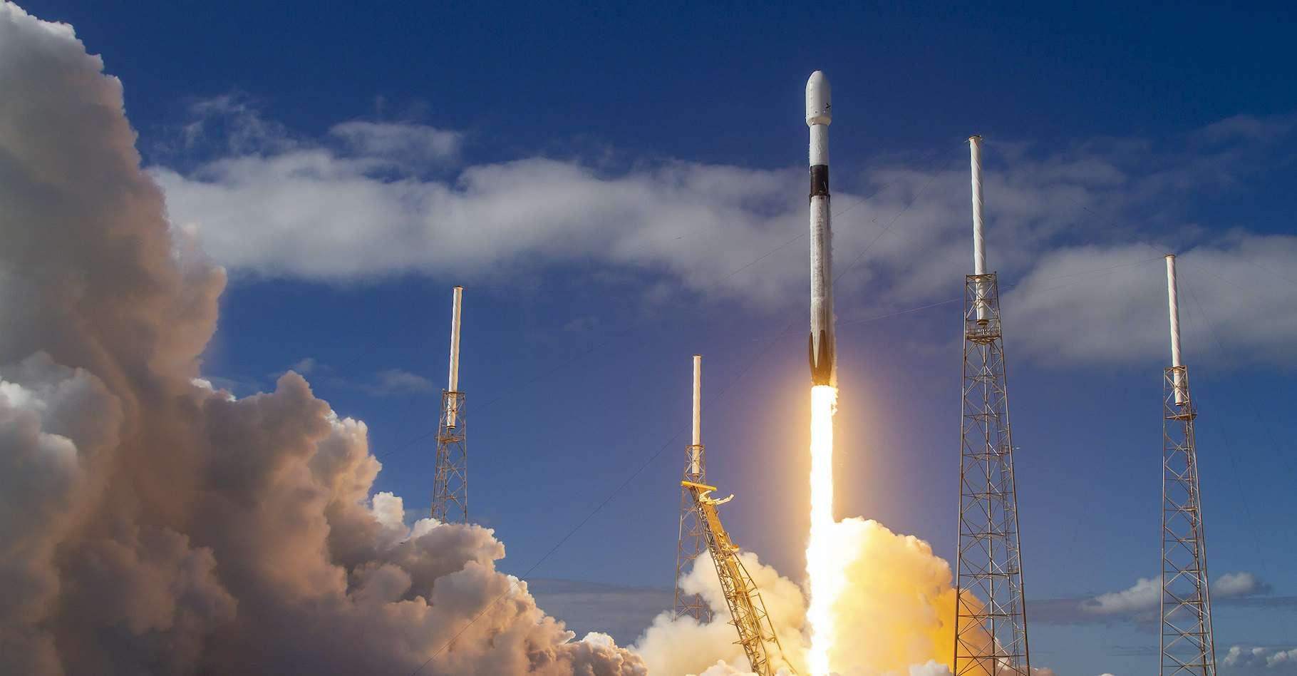 À peine plus de 100 satellites Starlink lancés — sur les quelques 42.000 programmés — et déjà des problèmes se posent pour les astronomes. © SpaceX