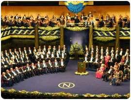 Assemblée du prix Nobel. Les nouveaux lauréats sont assis sur des chaises rouges (à gauche).