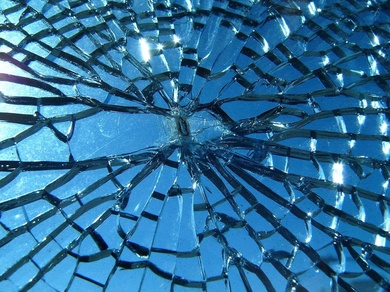 Le verre casse facilement. Un jour, ce ne sera peut-être plus le cas : des chercheurs ont réussi à rendre du verre plus résistant en y créant des microfissures. © Jef Poskanzer, Flickr, cc by sa 2.0