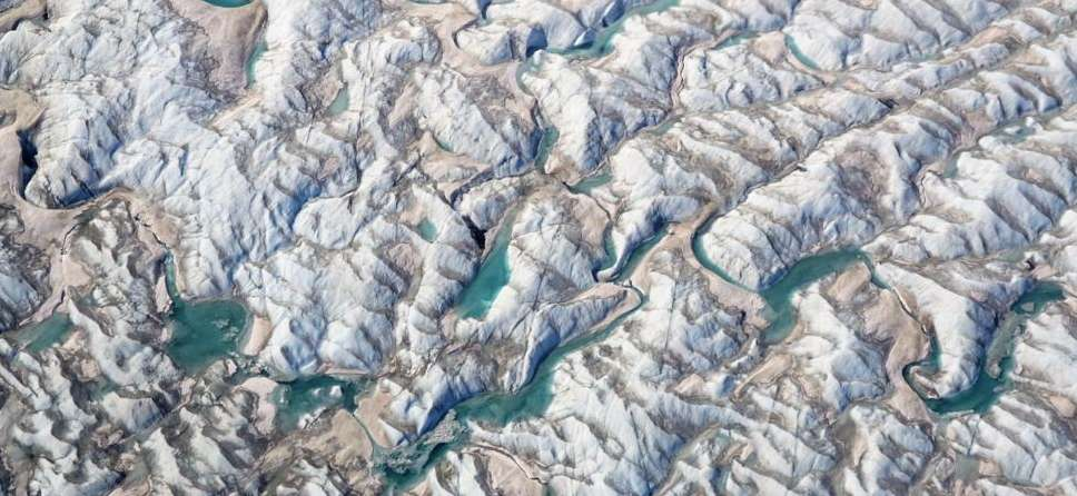 Des lacs et des rivières d'eau de fonte courent sur la surface déchirée du glacier Russel, dans l'ouest du Groenland, le 5 mai 2019. © Nasa Ice, Brooke Medley, Twitter