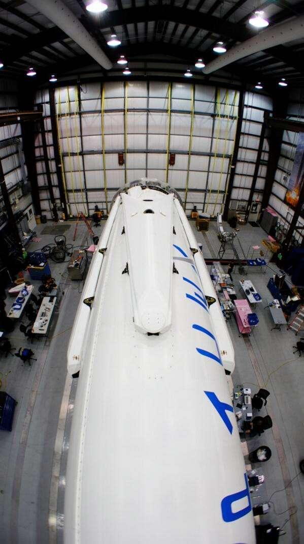 Sur les flancs du premier étage du Falcon 9, on distingue les jambes, repliées, nécessaires à son atterrissage sur la terre ferme. La réutilisabilité est l'une des stratégies étudiées par SpaceX dans un objectif plus vaste de rentabilité à terme. © SpaceX
