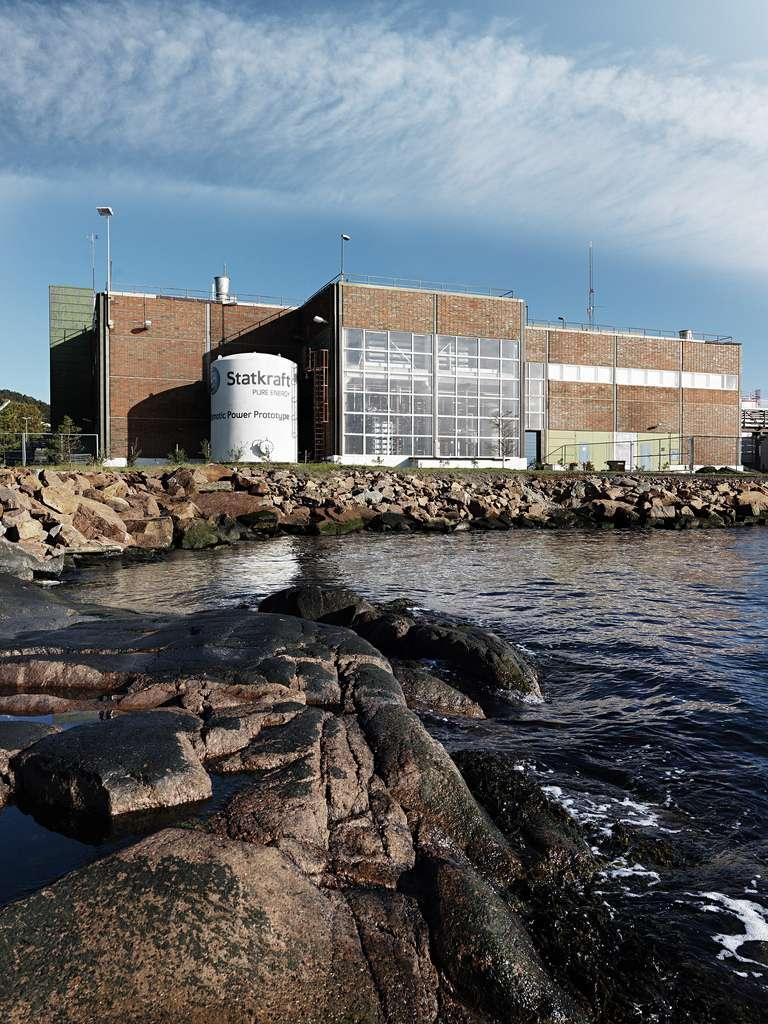 Cette centrale osmotique construite à Tofte, en Norvège, en 2009 est un prototype. La puissance de cette installation était de 2 à 4 kW lors de son lancement, juste de quoi faire fonctionner une bouilloire électrique. Statkraft prévoit de mettre des installations commerciales sur le marché dès 2015. © Statkraft