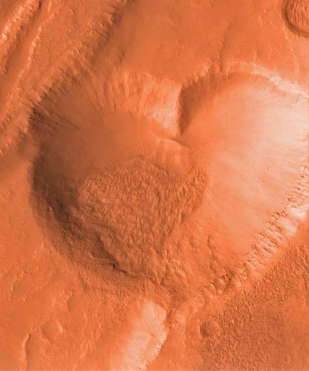 Ce graben martien semble parfaitement adapté au jour de la Saint-Valentin. © Nasa/JPL-Caltech/MSSS