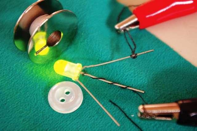 Une preuve que le coton est devenu conducteur : il alimente une Led qui s'éclaire. © Textiles Nanotechnology Laboratory at Cornell University
