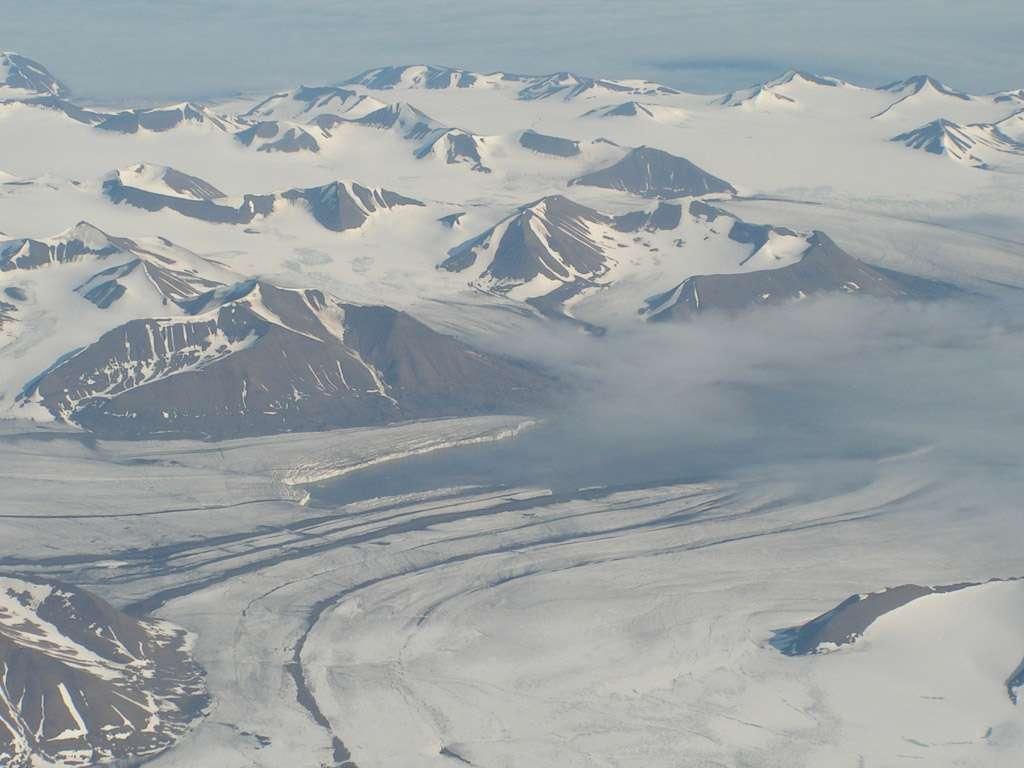 Une île de l'archipel du Spitzberg, un site analogue au milieu martien, sert de zone d'essai pour les exobiologistes. Il présente en effet certaines conditions géologiques, environnementales ou biologiques dont on suppose qu'elles ont un jour existé sur Mars. Crédit Juan Diego Rodriguez-Blanco