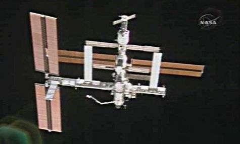 L'ISS vue depuis la navette Atlantis qui s'en éloigne.
