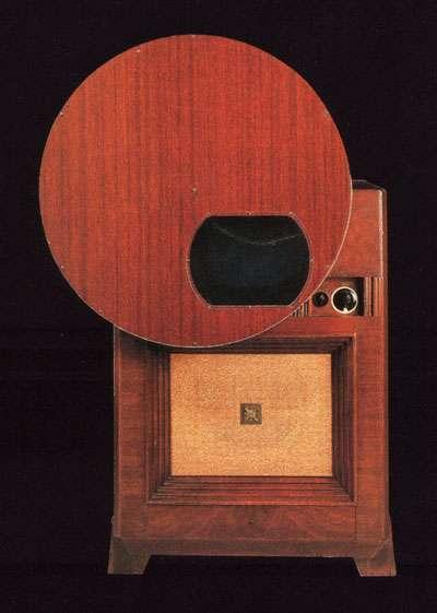 Téléviseur couleur à écran plat. (Pour l'époque). Crédit RCA.