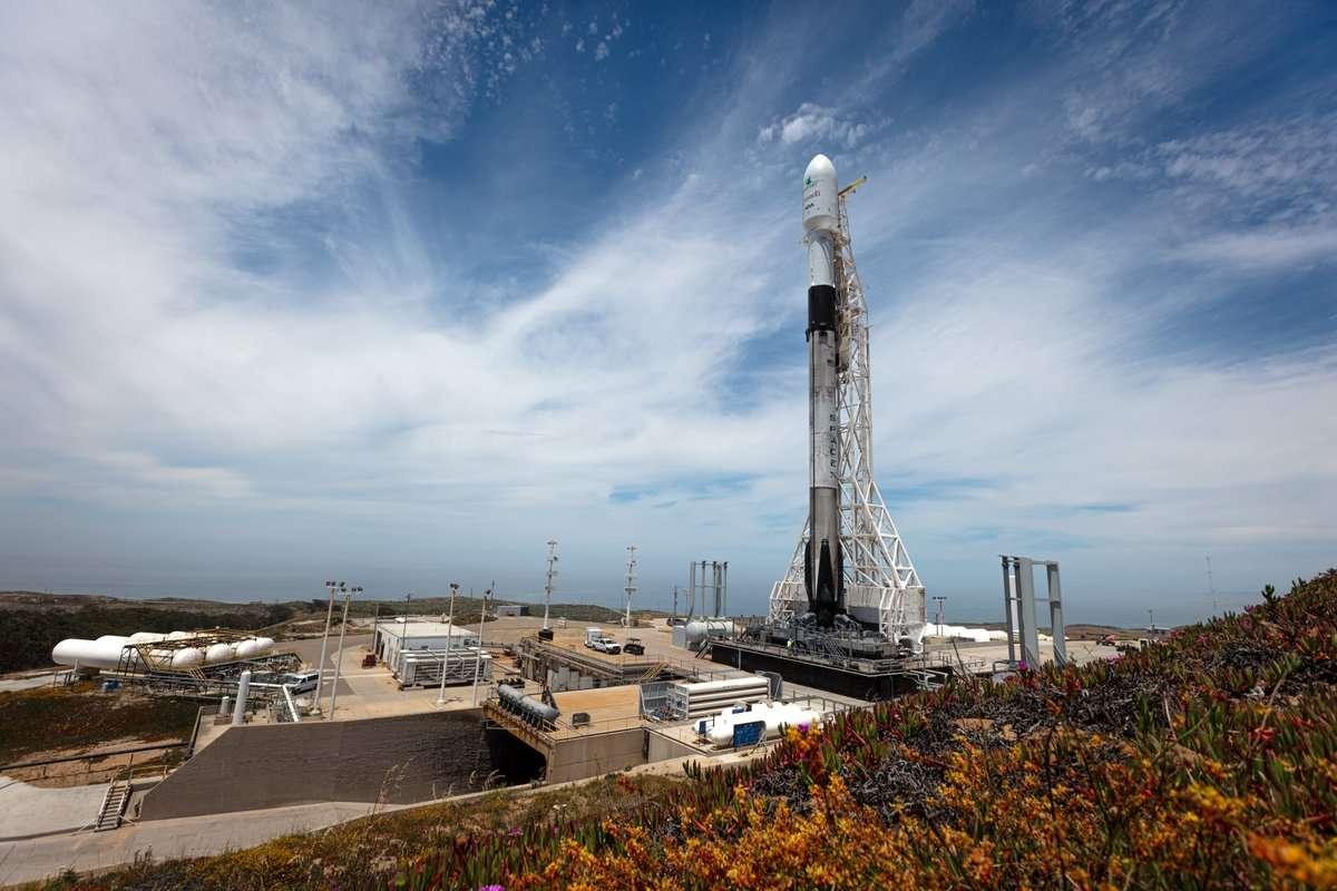 Un lanceur réutilisable Facon 9 de SpaceX prêt pour un lancement de jour sous le soleil californien, le 12 juin 2019, dans le cadre de sa mission de mise en orbite des trois satellites de la constellation Radarsat. © SpaceX