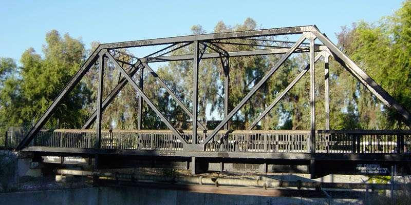Un treillis est un ensemble de barres verticales, horizontales et diagonales prenant la forme de triangles. © Leonard G, CC SA 1.0, Wikimedia Commons