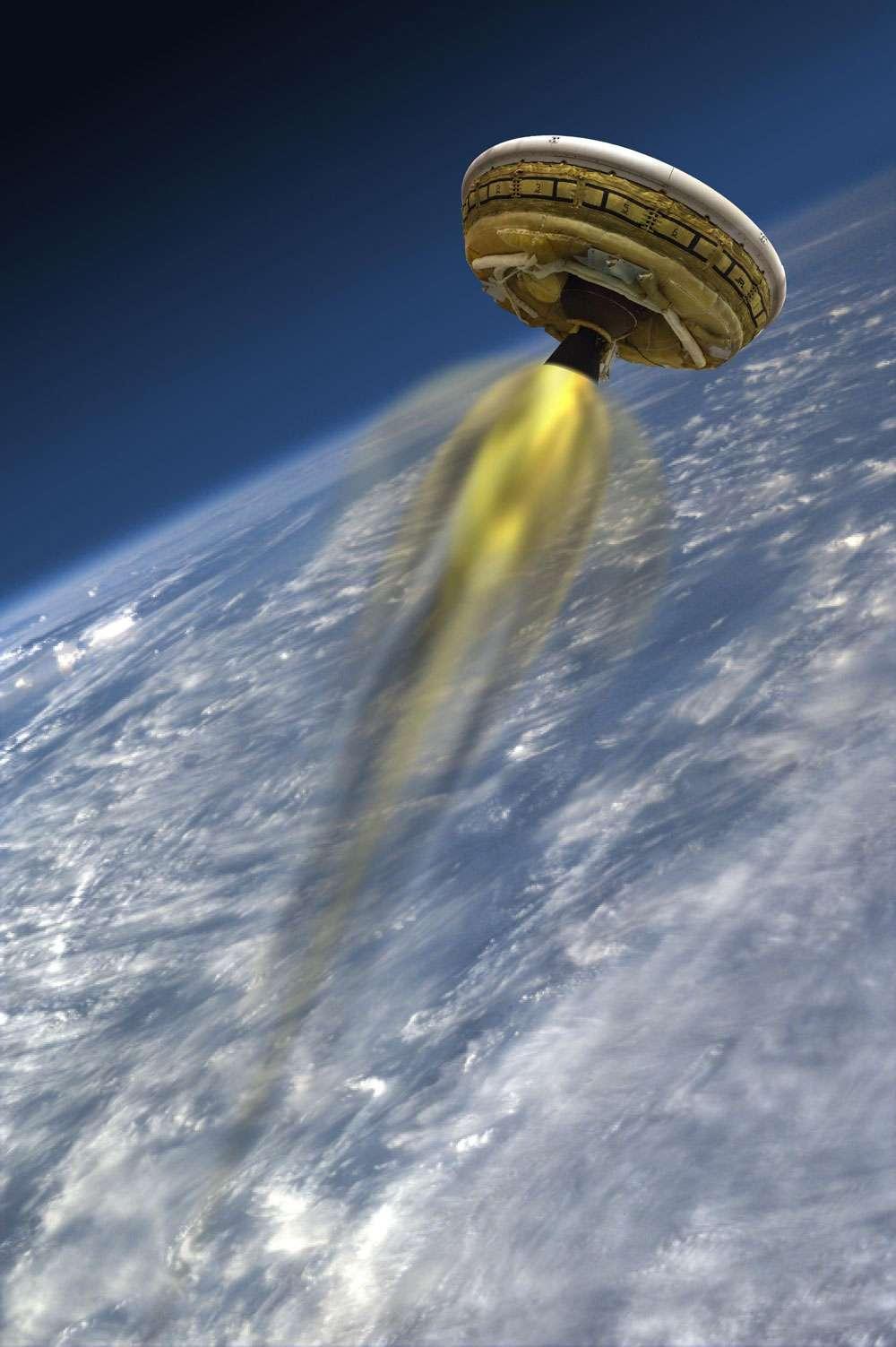 Vue d'artiste du prototype LDSD (Low-Density Supersonic Decelerator) qui, une fois gonflé, prend l'allure d'une soucoupe volante. Pour le test, il était propulsé par un moteur afin de reproduire, dans la stratosphère, les conditions d'une entrée dans l'atmosphère martienne. © Nasa