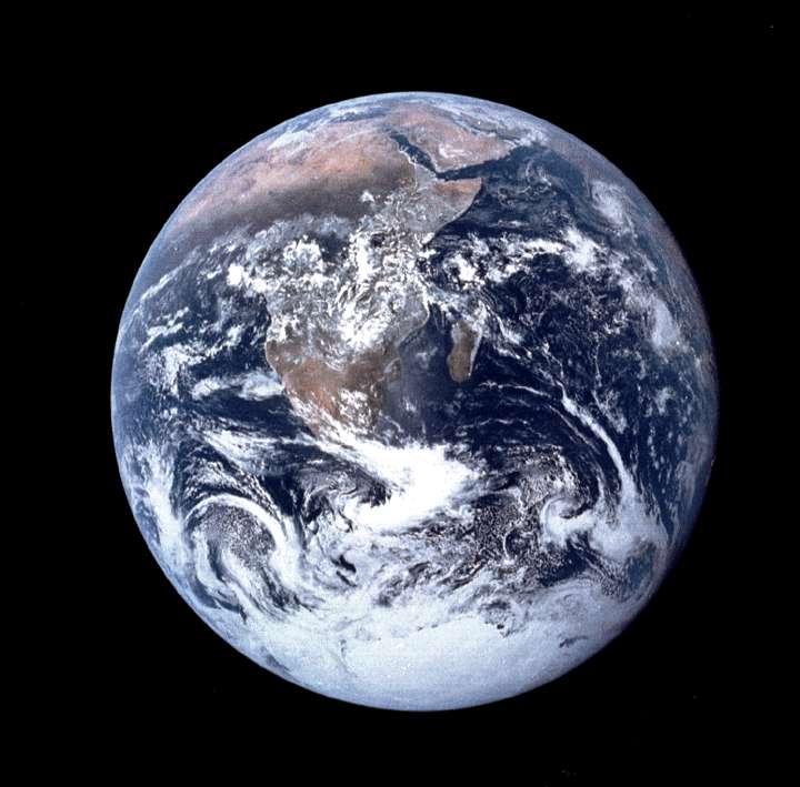 La Terre et ses océans vus par les astronautes d'Apollo. Aussi transitoires que les continents, les océans sont destinés à disparaître à cause de l'augmentation lente, mais inexorable, de la luminosité du Soleil. Dans un milliard d'années, ils seront sous forme de vapeur dans l'atmosphère de la Terre. © Nasa