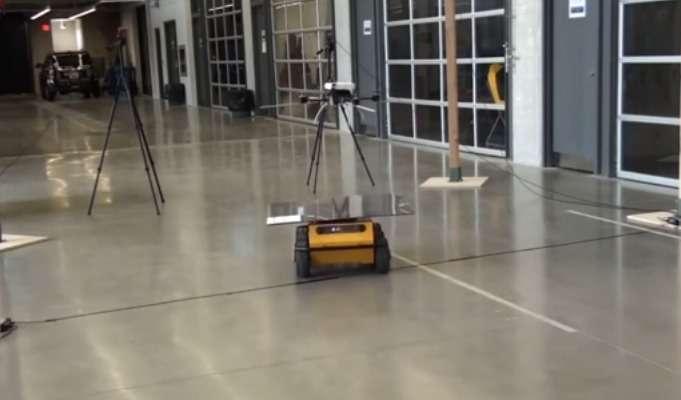 Une équipe de l'Université de Waterloo (Canada) a mis au point un système de contrôle qui permet à un drone de se poser sur un véhicule autonome en mouvement. Le système pourrait servir à des applications militaires ou spatiales ainsi que des projets de surveillance environnementale. © WaveLab, University of Waterloo