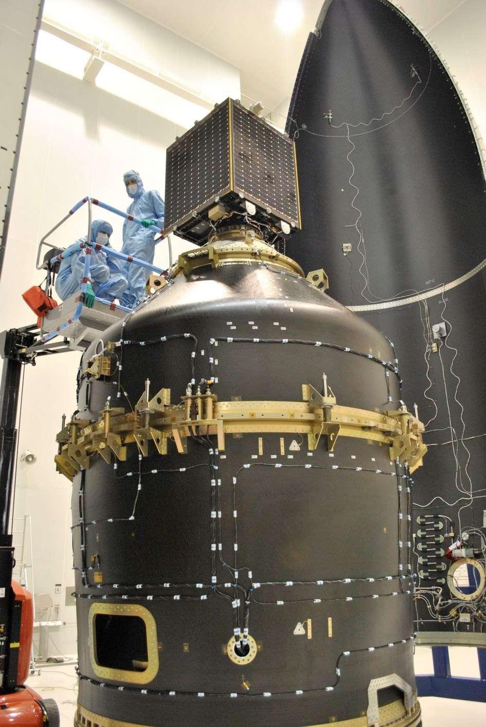 L'adaptateur Vespa, à l'intérieur duquel sont logés les satellites VNREDSat-1 et ESTCube-1, et Proba-V au-dessus. En arrière-plan, on distingue l'une des deux parties de la coiffe de Vega. © Karim Mellab, Esa