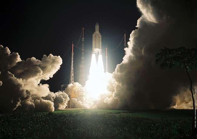 Une fusée Ariane 5 GS décolle, le 5 octobre 2007, pour mettre en orbite Intelsat 11 et Optus D2. © Arianespace