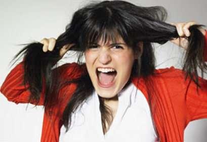 Avant de vous ruer sur les produits antichute de cheveux, renseignez-vous sur leur vrai efficacité ! © Fotolia