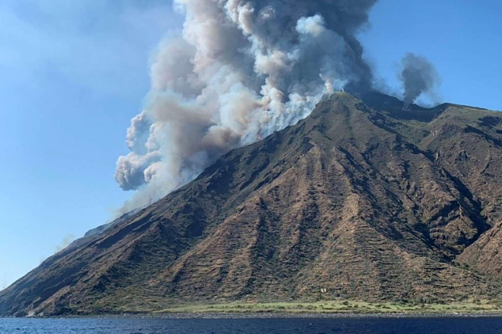 Photo publiée sur le compte Twitter de @mariocalabresi montrant l'éruption du Stromboli, le 3 juillet 2019 en Italie. © Mario Calabresi, Twitter account of @mariocalabresi, AFP