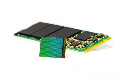 Intel entre à son tour sur le marché de la mémoire Flash en trois dimensions. Associé à Micron, le géant américain a mis au point des puces mémoire dont l'architecture en 3D se compose de 32 couches verticales interconnectées. Le fondeur annonce des SSD de la taille d'une gomme d'une capacité de 3,5 To et des SSD standard de 2,5 pouces qui pourront contenir jusqu'à 10 To de données. © Intel
