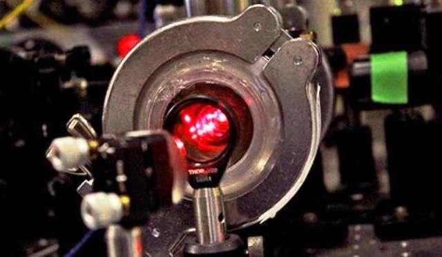 Une cavité optique utilisée pour contrôler la longueur d'onde des lasers employés pour refroidir des molécules de fluorure de strontium dans un piège magnéto-optique. © Michael Helfenbein