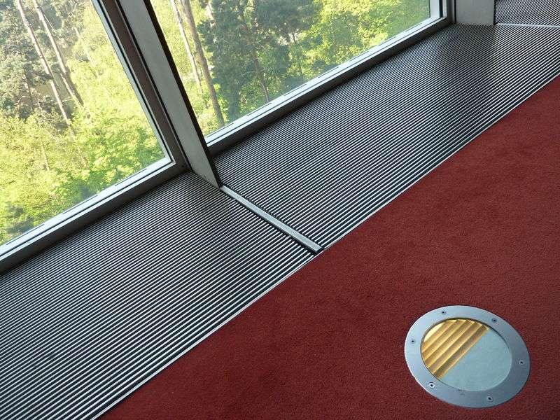 La moquette est un tapis collé ou cloué et recouvrant l'intégralité de la pièce. © Paulparis2010, CC BY-SA 3.0, Wikimedia Commons