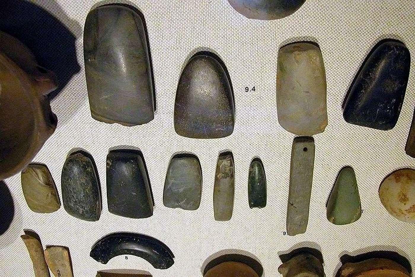 Des objets confectionnés du Néolithique : des haches (9.4), ces polissoirs (9.5) et des bracelets (8). Les haches devaient aussi servir à la guerre. © Michael Greenhalg, Wikipédia, CC BY SA 2.5