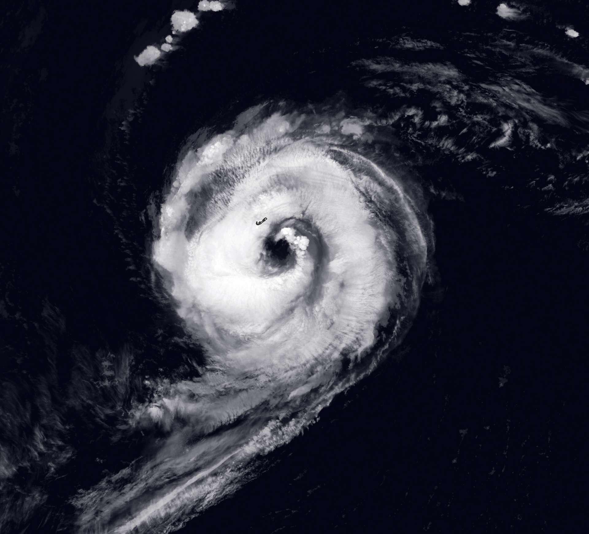 L'ouragan Paulette, qui a touché les Bermudes le 14 septembre, s'est éteint pendant cinq jours avant de regagner son statut de tempête tropicale. © Nasa