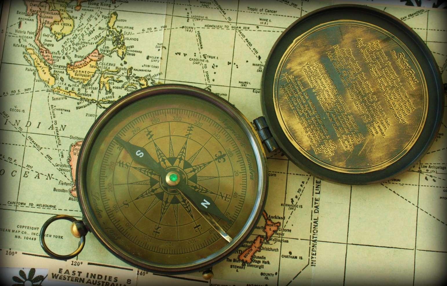 Le champ magnétique terrestre peut être vu comme celui d'un aimant droit. Ainsi, l'aiguille de la boussole indique le nord magnétique, lequel diffère du nord géographique. © Calsidyrose, Flickr, CC by 2.0