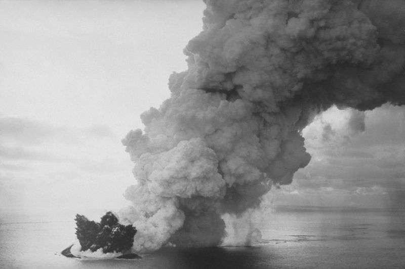 En 1963, l'île de Surtsey est sortie des eaux au large de l'Islande lors d'une série d'éruptions volcaniques. Les éruptions au large des îles Tonga sont similaires. Crédit : University of Colorado