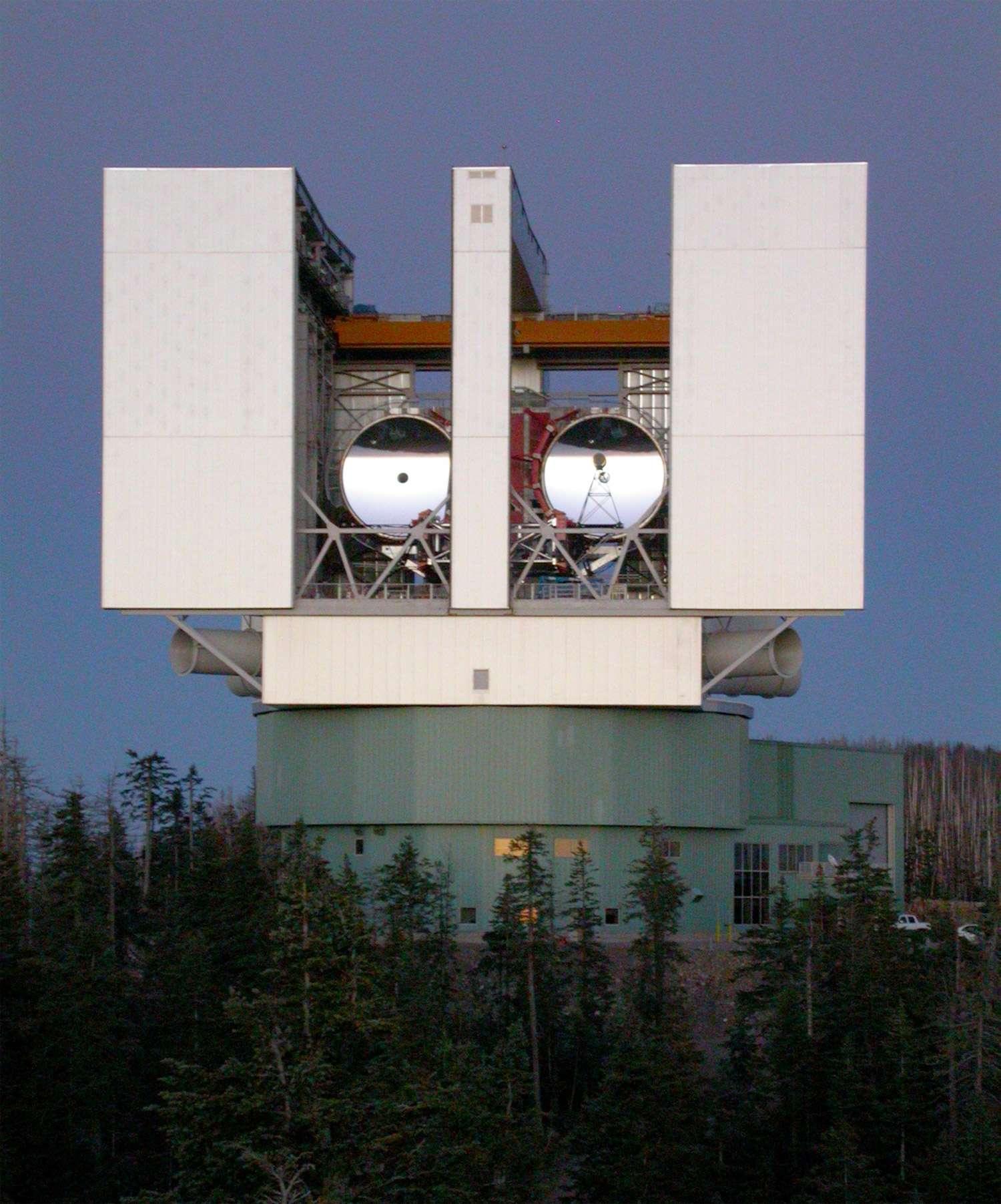 Les deux miroirs de 8,4 mètres donnent aujourd'hui au LBT les performances d'un télescope de près de 12 mètres de diamètre. Lorsqu'il fonctionnera en mode interférométrie, sa résolution atteindra celle d'un télescope de 22,8 m. Il fournira alors des images dix fois plus fines que celles réalisées par le télescope spatial Hubble. © Large Binocular Telescope Corporation