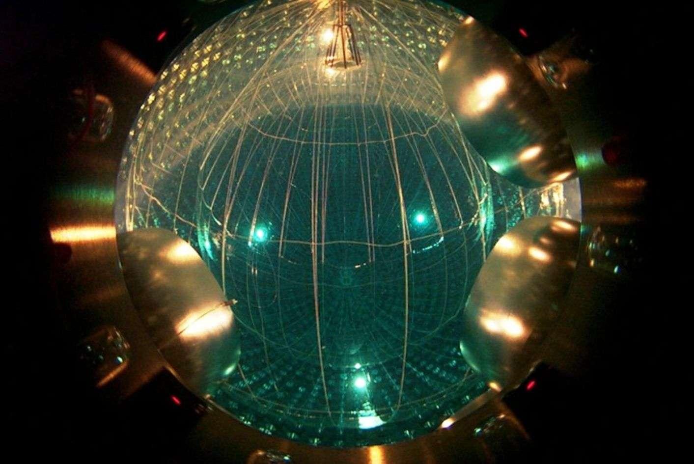 Une vue de la cuve de Borexino emplie de liquide scintillateur très pur pour éviter au maximum la présence d'éléments radioactifs contribuant au bruit de fond des neutrinos. © 2012, The Trustees of Princeton University