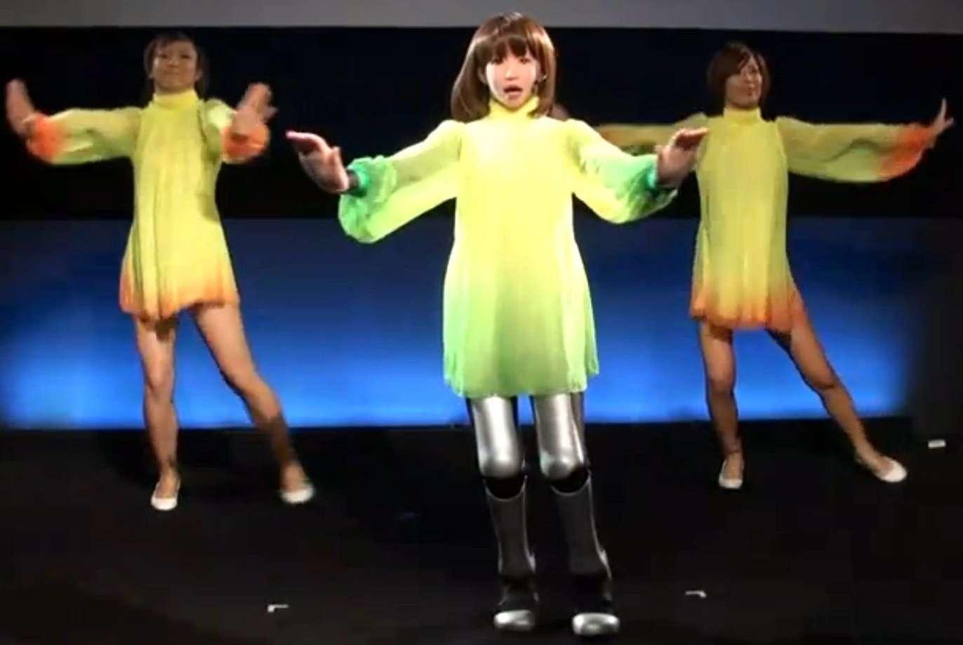 HRP 4C, un (une ?) robot anthropoïde, conçu au Japon par l'AIST (National Institute of Advanced Industrial Science and Technology), au milieu de danseuses humaines. Avec une musculature en polymères rétractiles inspirée de celle des humains, il sera peut-être un jour difficile de faire la différence... © AIST/YouTube