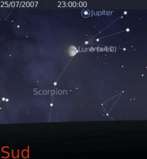 La Lune est en conjonction avec la planète Jupiter et l'étoile Antarès