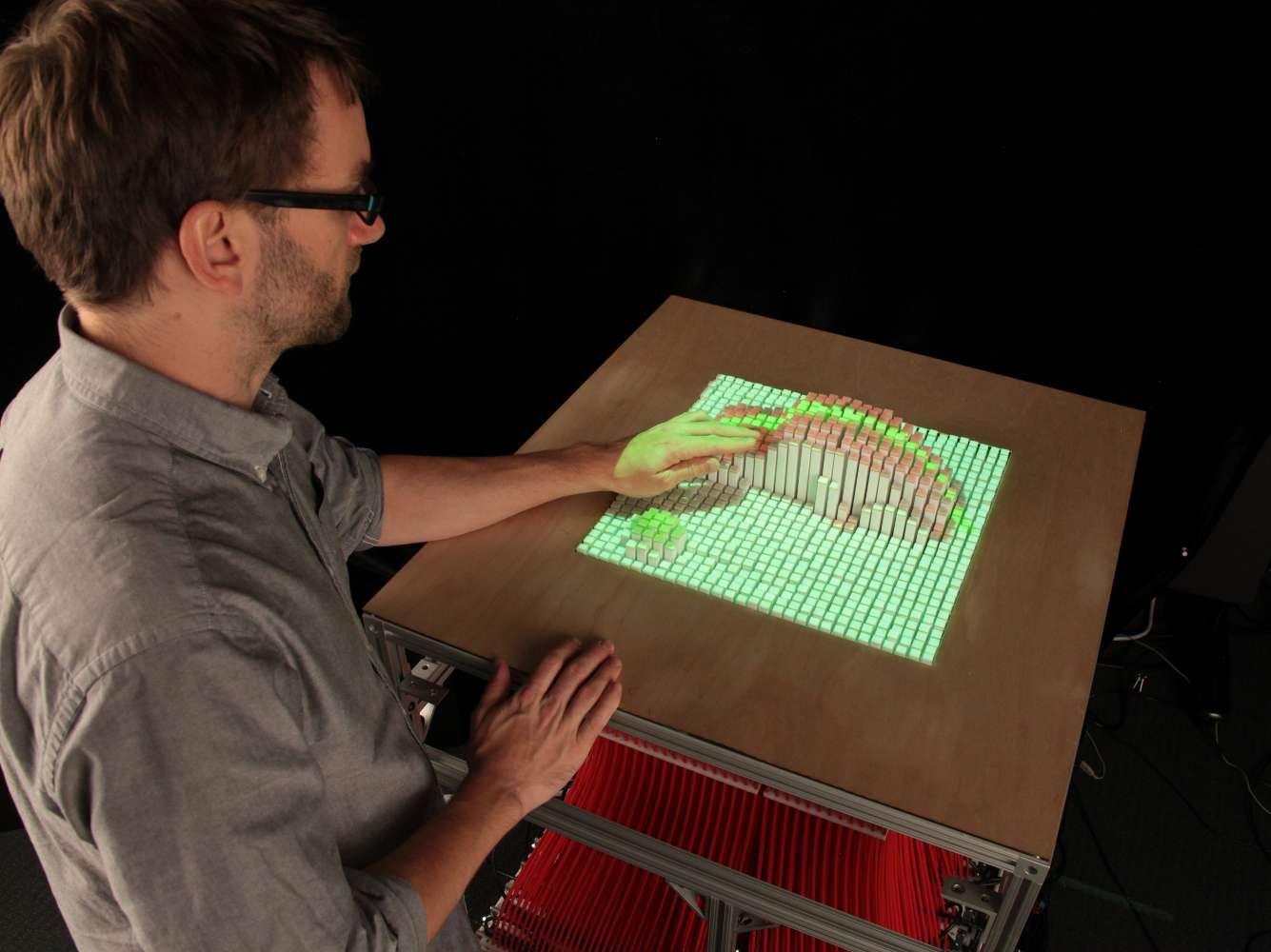 Cette table dynamique, appelée InForm, pourrait servir à représenter des objets d'une manière inédite en relief, aussi bien en architecture qu'en médecine. © Tangible Media Group, MIT, cc by nc nd 2.0