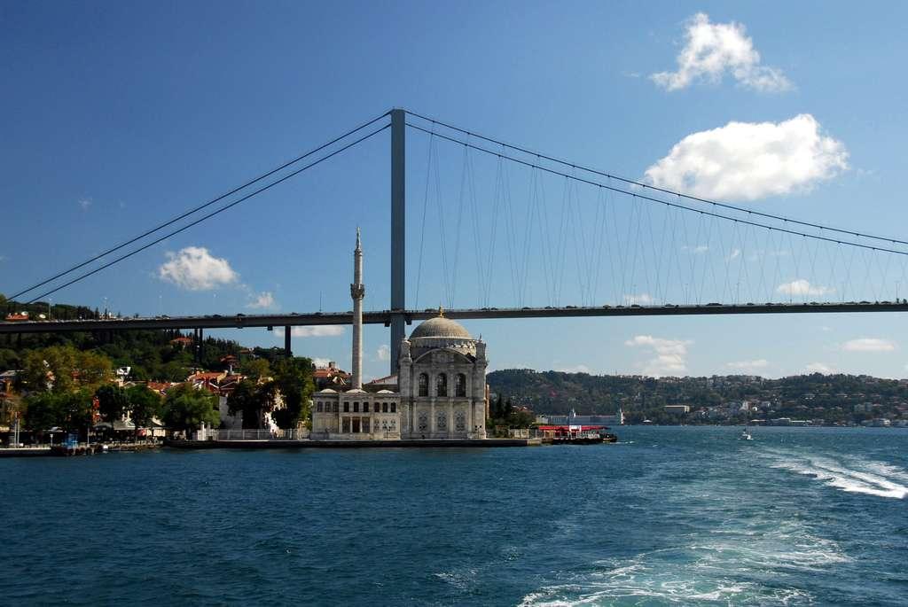 La croisière sur le Bosphore permet aussi d'admirer la mosquée d'Ortaköy, sur la rive européenne. © tinou bao, Flickr, cc by 2.0