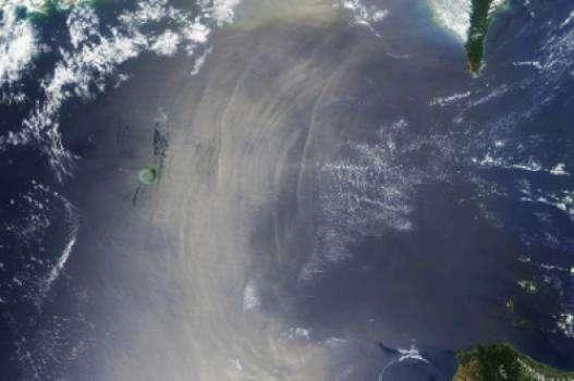 Les ondes internes peuvent parfois être vues clairement par imagerie satellite (comme à l'image le détroit de Luçon). C'est possible car les ondes internes créent une alternance de régions rugueuses et lisses du plancher océanique qui s'associent aux crêtes des ondes internes. La lumière du soleil reflète les sections lisses, apparaissant comme des arcs blancs. © Nasa