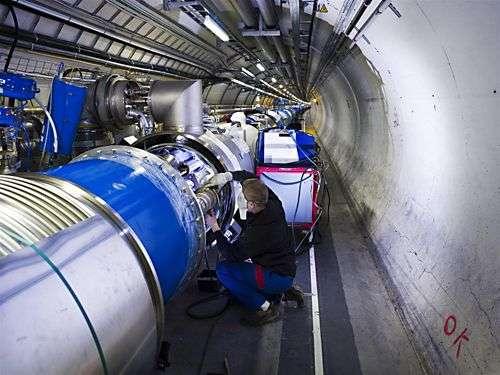 Dernières interconnexions sur le système cryogénique Crédit : European Organization for Nuclear Research