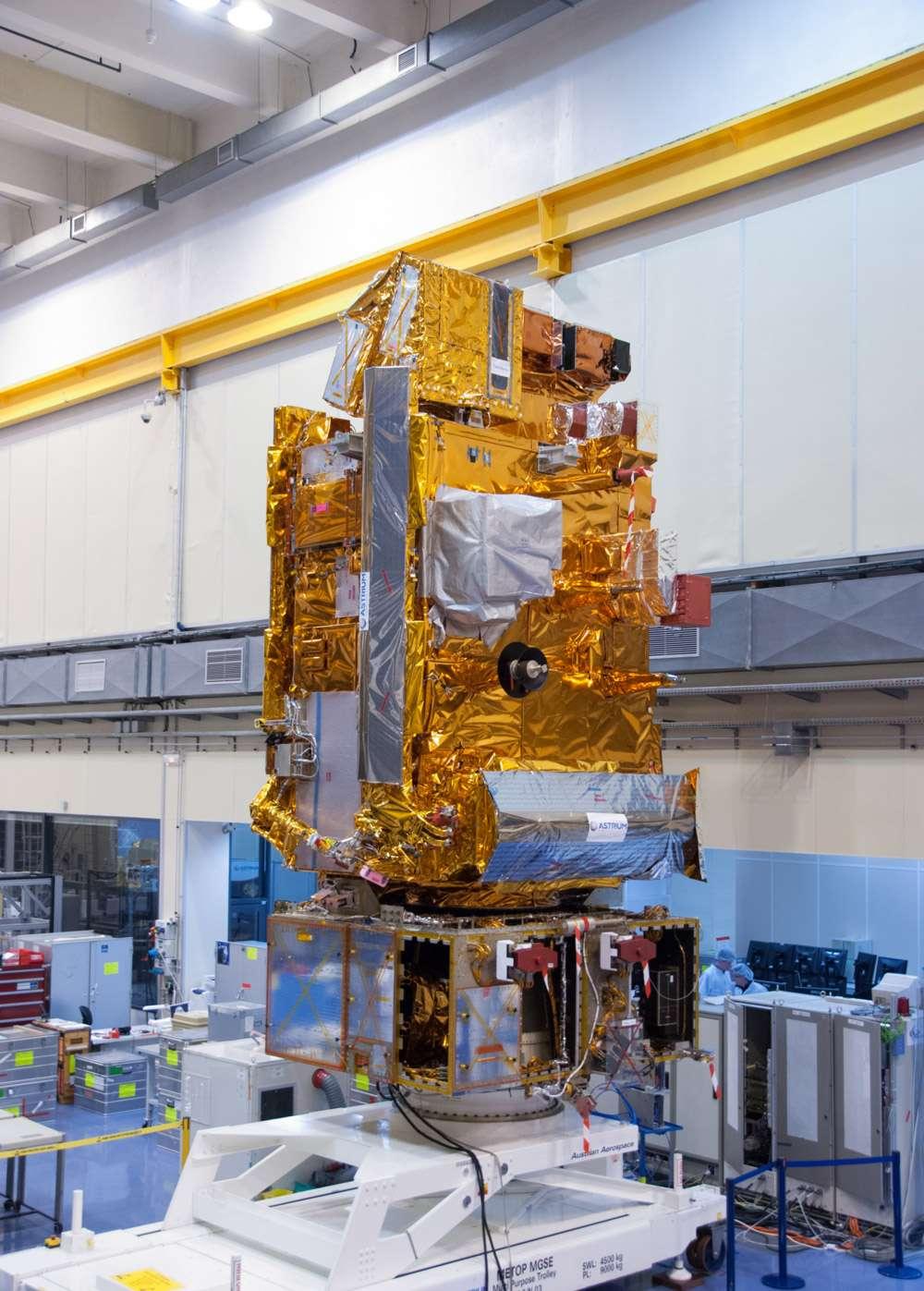 Le satellite Metop-B en phase finale d'intégration dans l'usine toulousaine d'Astrium, en novembre 2011. Le troisième satellite de la série, Metop-C, sera lancé en 2018. © Rémy Decourt