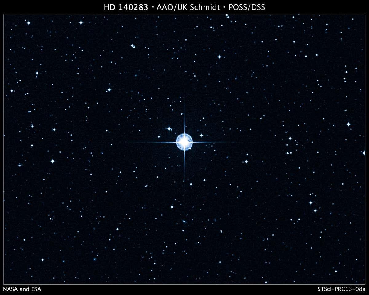 Cette image a été prise à l'Anglo-Australian Observatory (AAO) avec un filtre bleu. Elle est extraite du Digitized Sky Survey (DSS, traduisible par « relevé du ciel numérisé »), une version électronique de plusieurs atlas photographiques du ciel. Le DSS ne doit pas être confondu avec le Sloan Digital Sky Survey (SDSS). L'image montre HD 140283, la plus vieille étoile connue actuellement et qui est située à seulement 190,1 années-lumière de la Terre. © Digitized Sky Survey (DSS), STScI/AURA, Palomar/Caltech, UKSTU/AAO