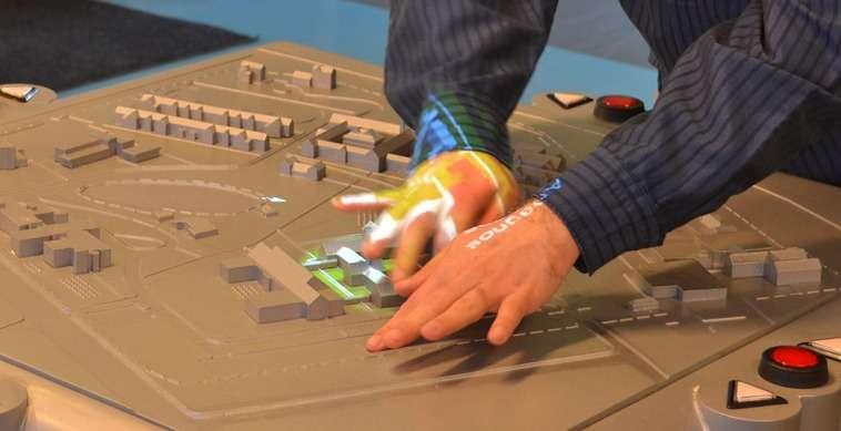 Aux États-Unis, l'université de Buffalo associée à l'entreprise Touch Graphics a développé un concept de cartes en 3D interactives destinées à aider les personnes non voyantes. Recouverts d'une peinture conductrice et reliés à des capteurs, les éléments réagissent au toucher en fournissant des informations vocales. L'idée est notamment d'utiliser ce type de cartes pour guider les personnes dans des bâtiments publics. © University at Buffalo IDeA Center