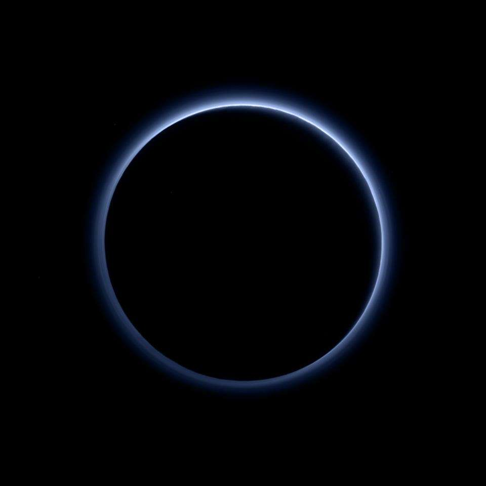 L'atmosphère bleutée de Pluton imagée en contre-jour par Ralph/MVIC (Multispectral Visible Imaging Camera) de New Horizons, peu après le survol de la planète naine, le 14 juillet 2015. © Nasa, JHUAPL, SwRI