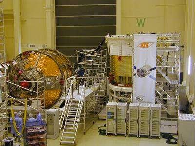 Préparation du vaisseau cargo automatique ATV (Automated Transfer Vehicle) en vue d'un essai acoustique(Crédits : ESA)