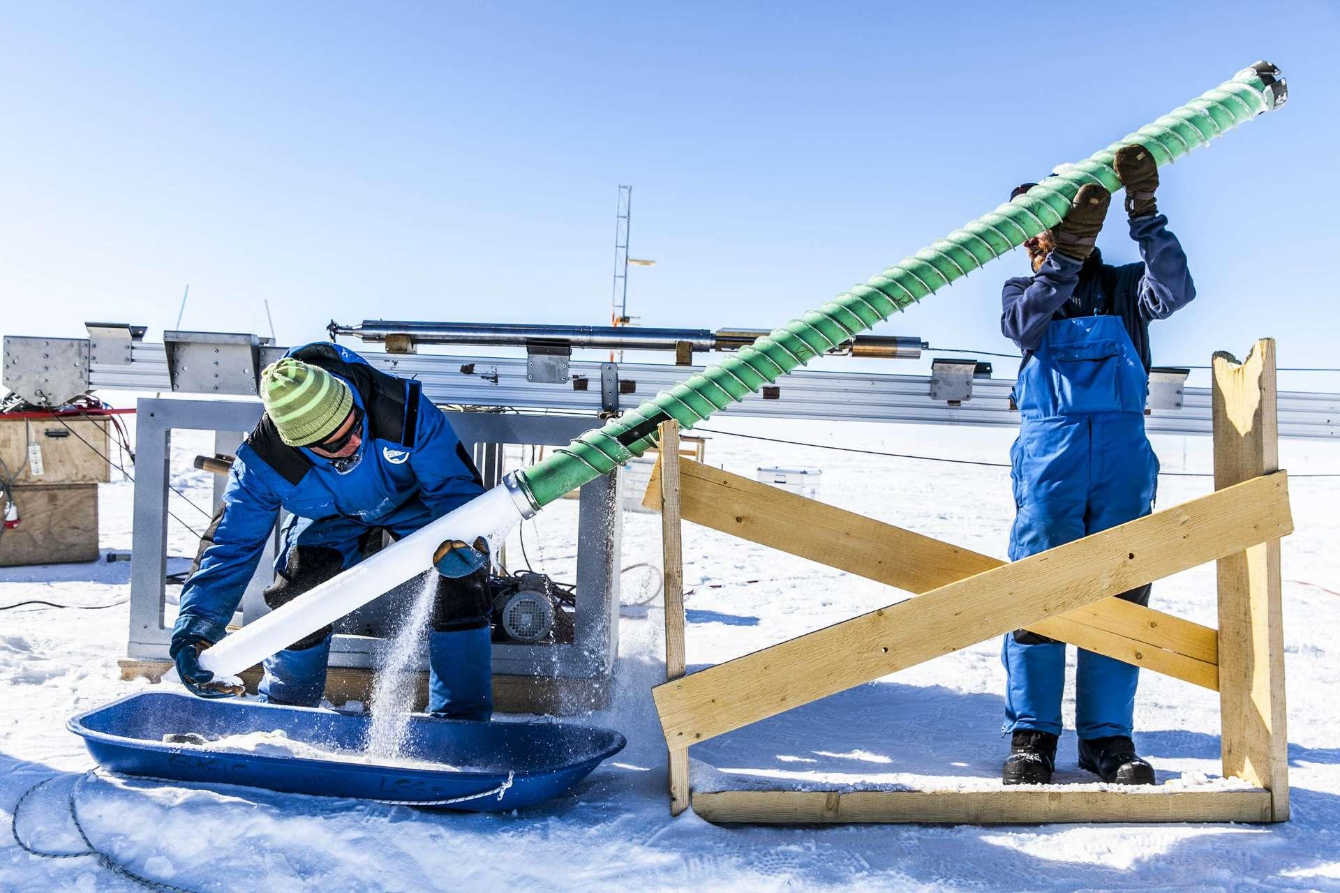 Une carotte de glace est extraite par forage profond. L'analyse des différentes couches de glace, dont elle a été formée au cours du temps, apporte des précisions sur l'histoire du monde. Notamment sur le climat, la composition de l'atmosphère et la survenue de pandémie dans une société industrialisée ! © Thibaut Vergoz, Institut polaire français, CNRS