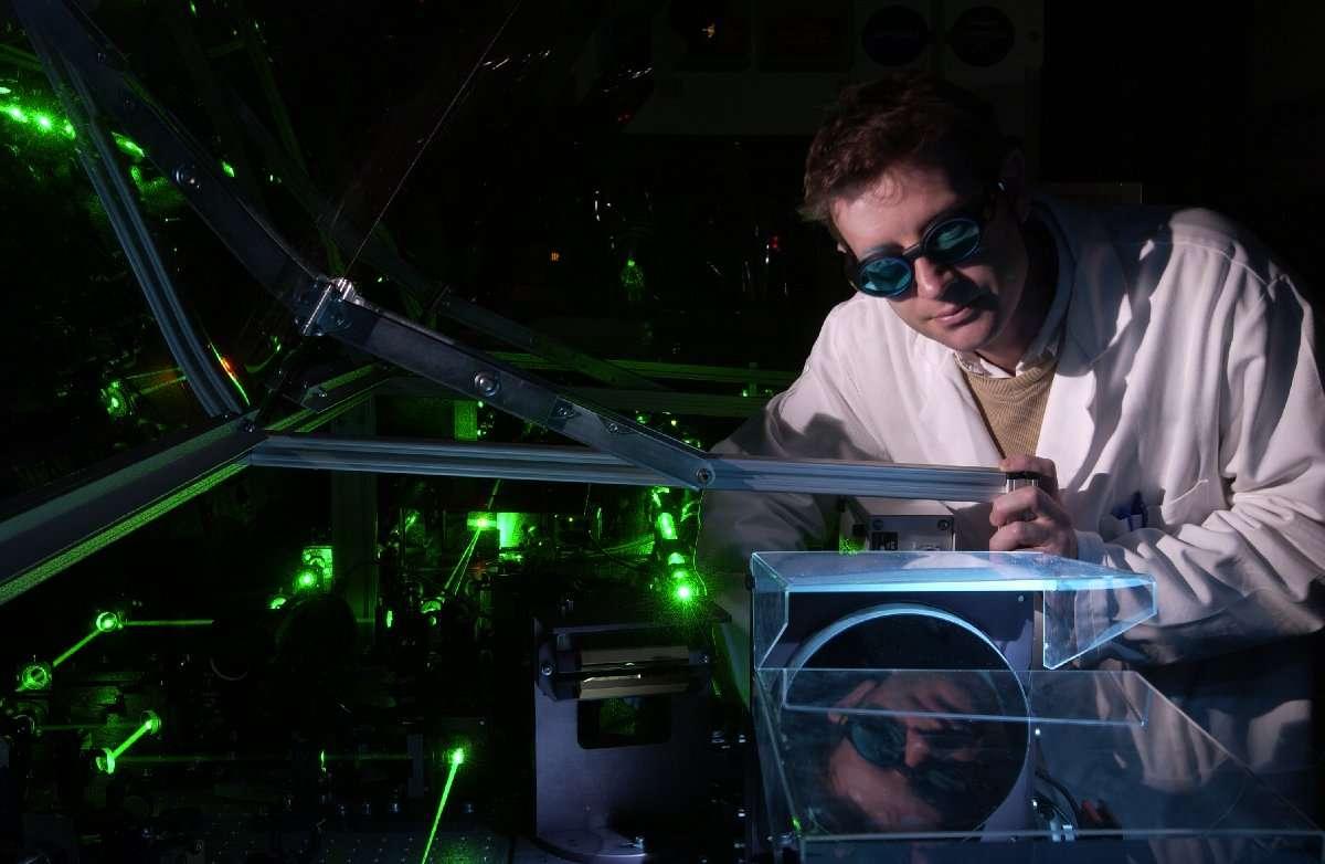 Les chercheurs de l'Institut Rayonnement Matière de Saclay (Iramis) du CEA utilisent des lasers pour travailler dans le domaine de la femtochimie. C'est-à-dire l'étude de l'interaction des systèmes moléculaires avec la lumière aux échelles de temps femtoseconde (1 fs = 10-15 s). Un temps caractéristique des dynamiques électroniques - ionisation, désexcitation radiative et transfert-migration de charge. Pour passer à des échelles de temps inférieures se comptant en centaines d'attosecondes, les scientifiques utilisent aussi des impulsions laser dans l'ultraviolet extrême. © CEA