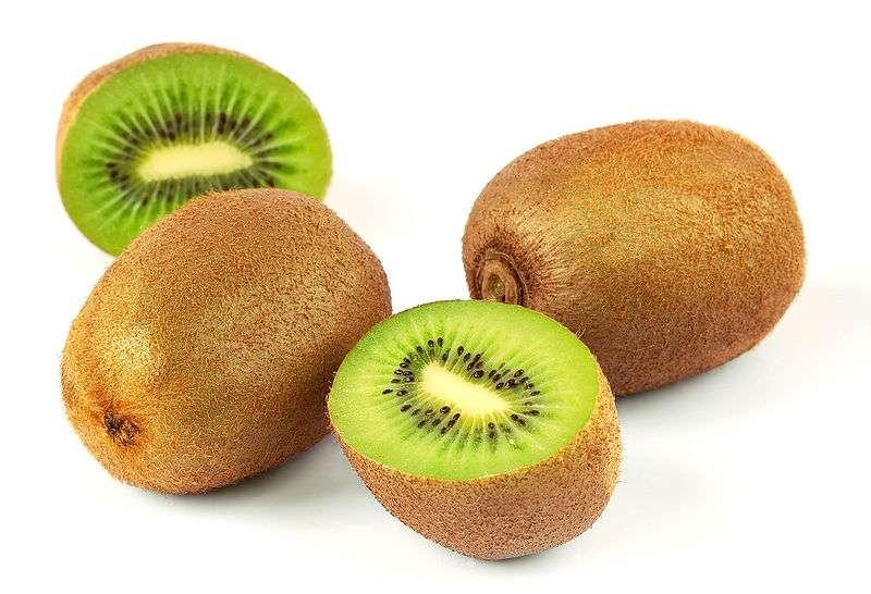 Le kiwi est plus riche en vitamine C que les agrumes. © Wikimedia Commons