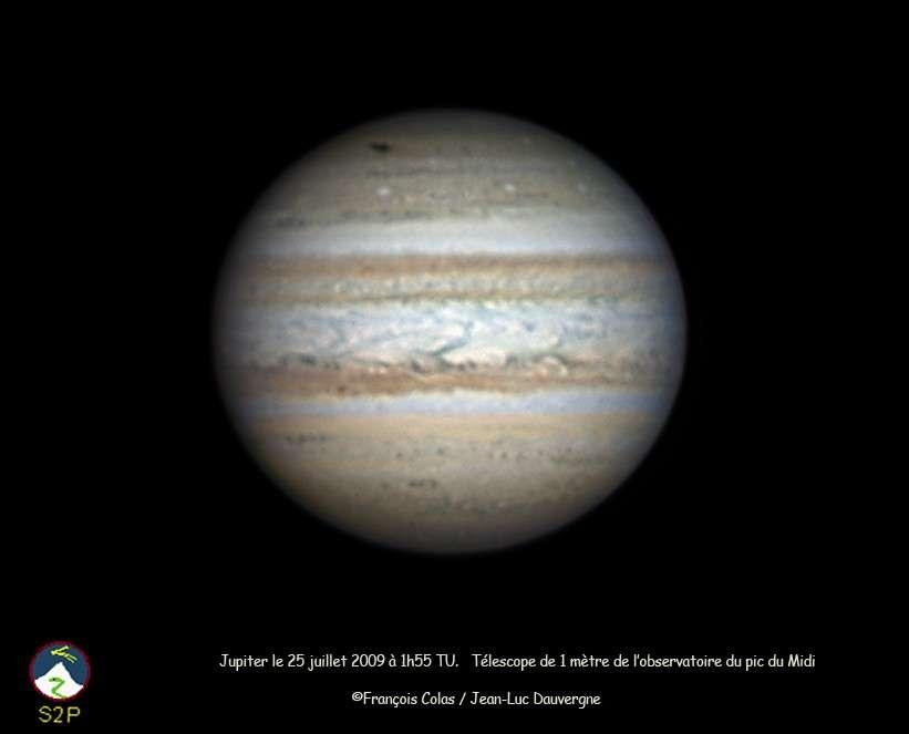 La marque noire dans la région polaire sud de Jupiter (en haut du globe sur l'image) est la trace de l'impact observé depuis le 19 juillet. Crédit F. Colas et J-L Dauvergne