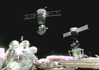 Soyouz TM-34 vient de quitter l'ISS, tandis que Soyouz TMA-1, à droite, le remplace pour six mois