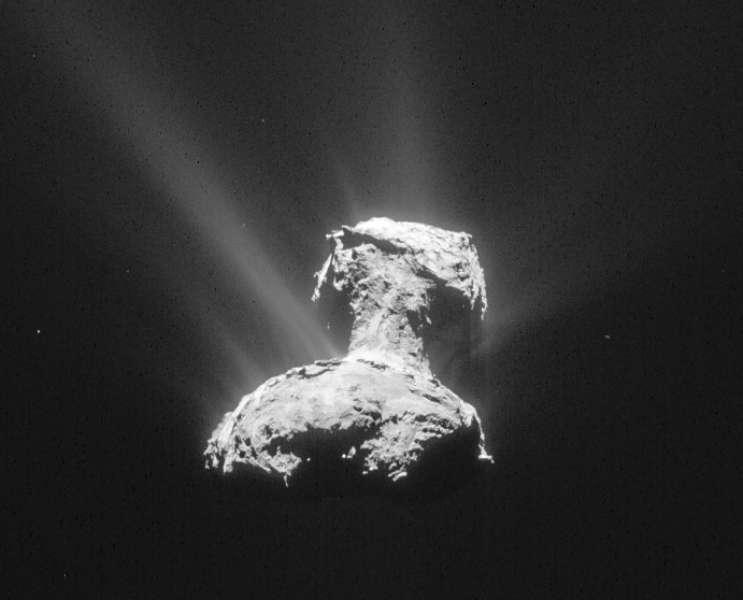 La forme binaire de certaines comètes comme 67P/Churyumov-Gerasimenko serait liée à la fusion de deux corps. Cette image provient de la caméra de navigation de la sonde Rosetta le 15 avril 2015. Prise à une distance de 165 km, sa résolution est de 14 mètres par pixel. © ESA/Rosetta/NavCam, CC by-sa IGO 3.0
