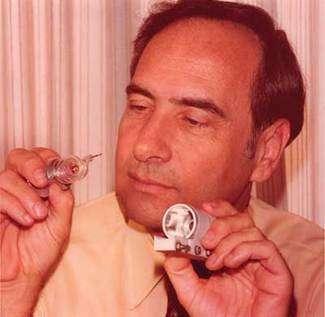 Théodore Maiman pour les 25 ans du premier laser optique à rubis. Crédit : Kathleen Maiman